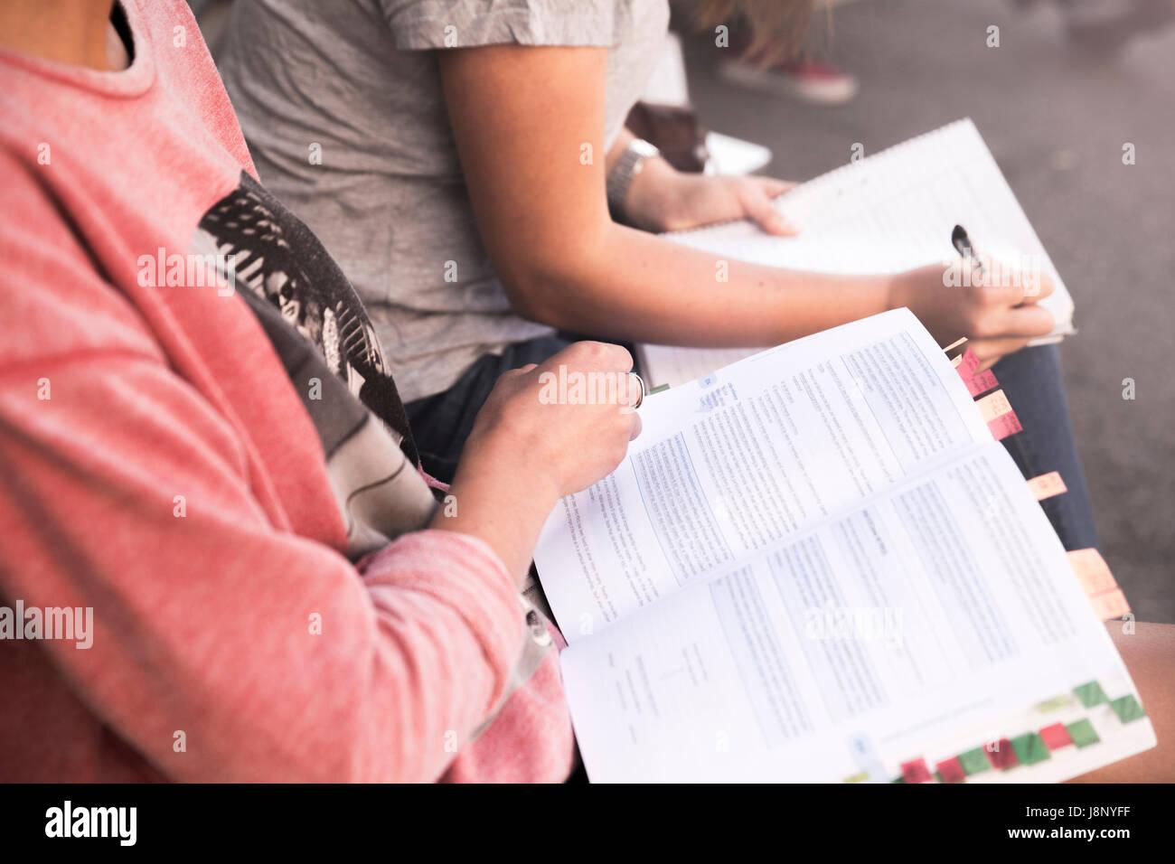 Les jeunes femmes l'étude de livre Banque D'Images