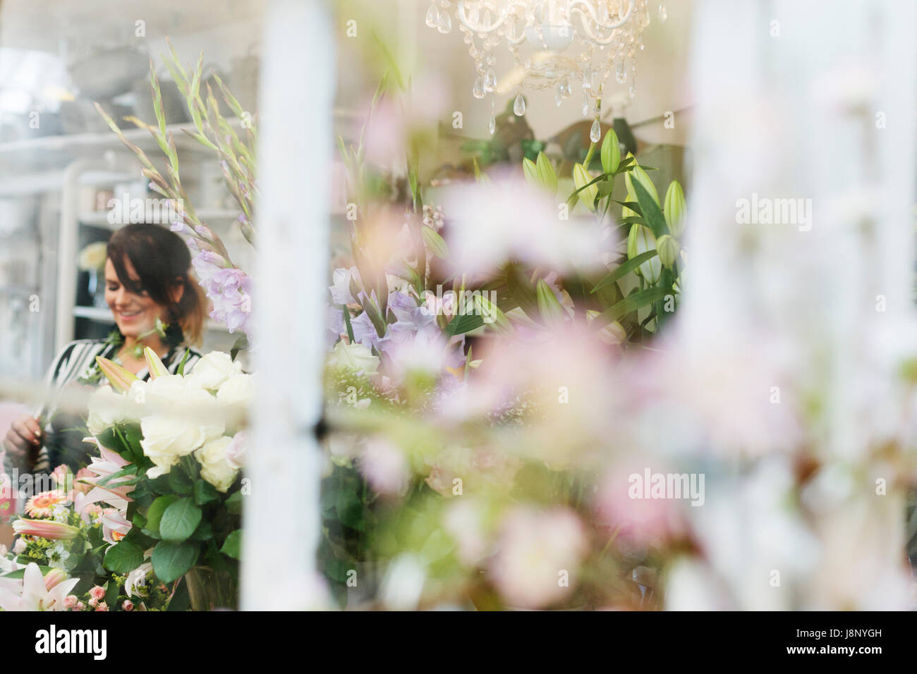 Fleuriste bouquet de fleurs en souriant Banque D'Images
