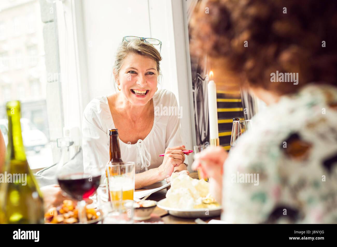 Businesswomen talking pendant le déjeuner au restaurant Banque D'Images