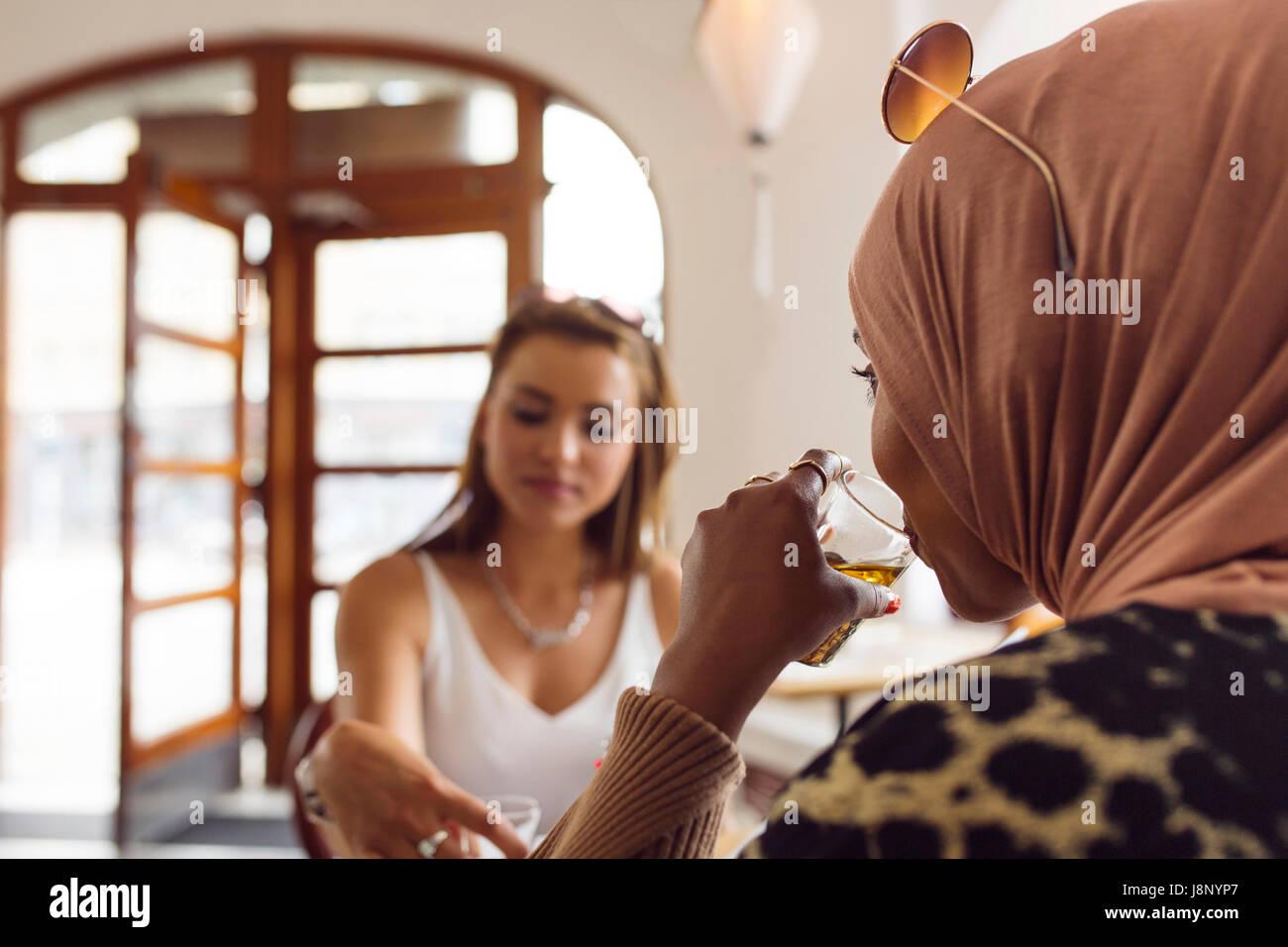 Businesswomen boire le thé dans un salon de thé Banque D'Images