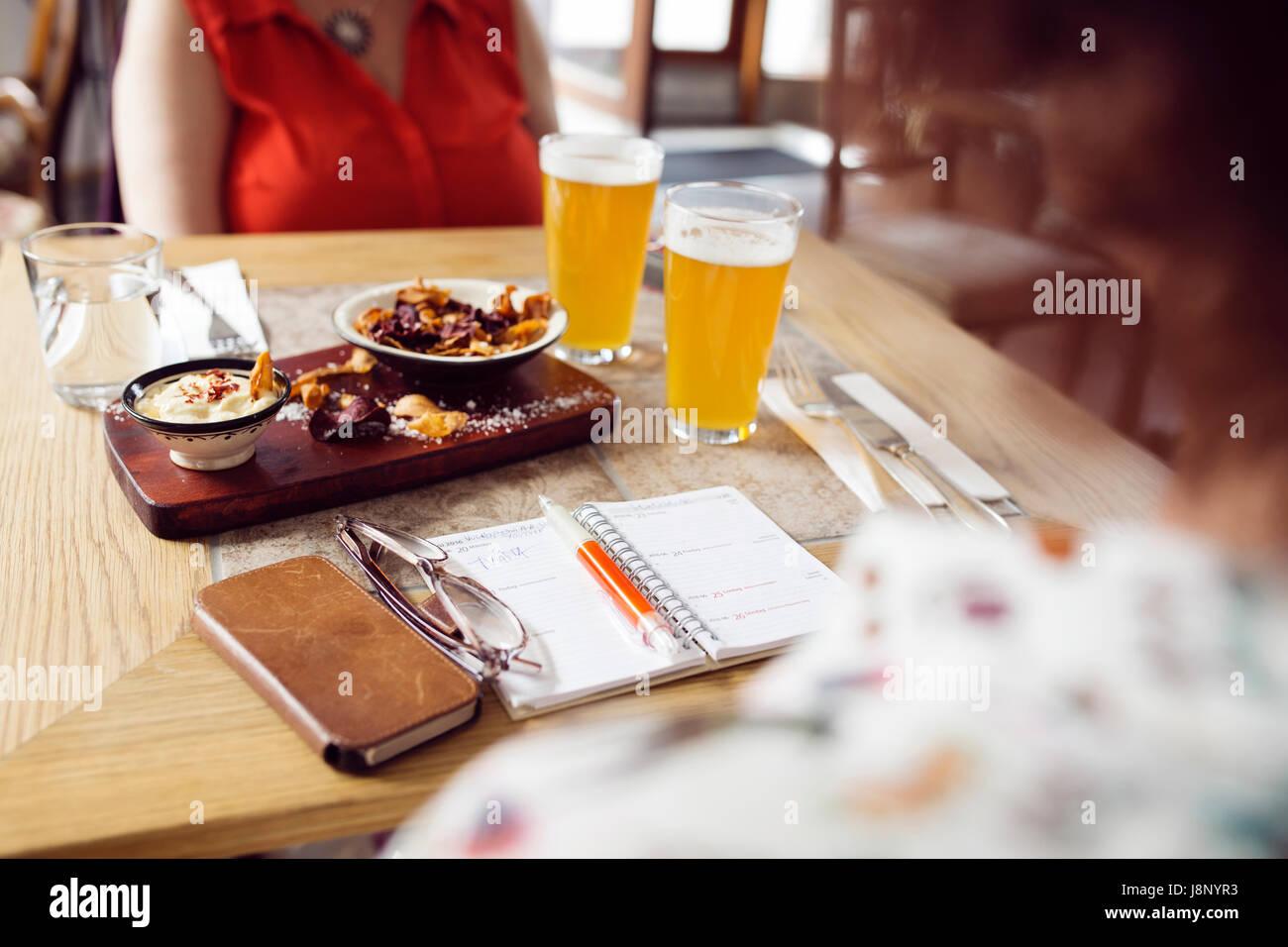Businesswomen avec bière et de jetons pendant le déjeuner Banque D'Images