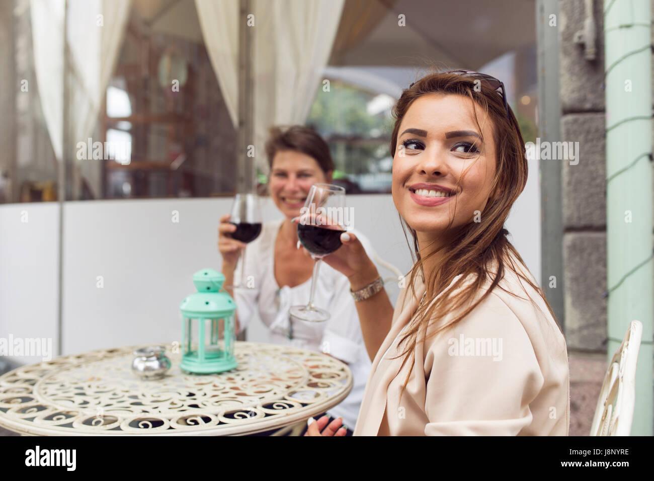 Businesswomen drinking red wine durant la pause déjeuner Banque D'Images