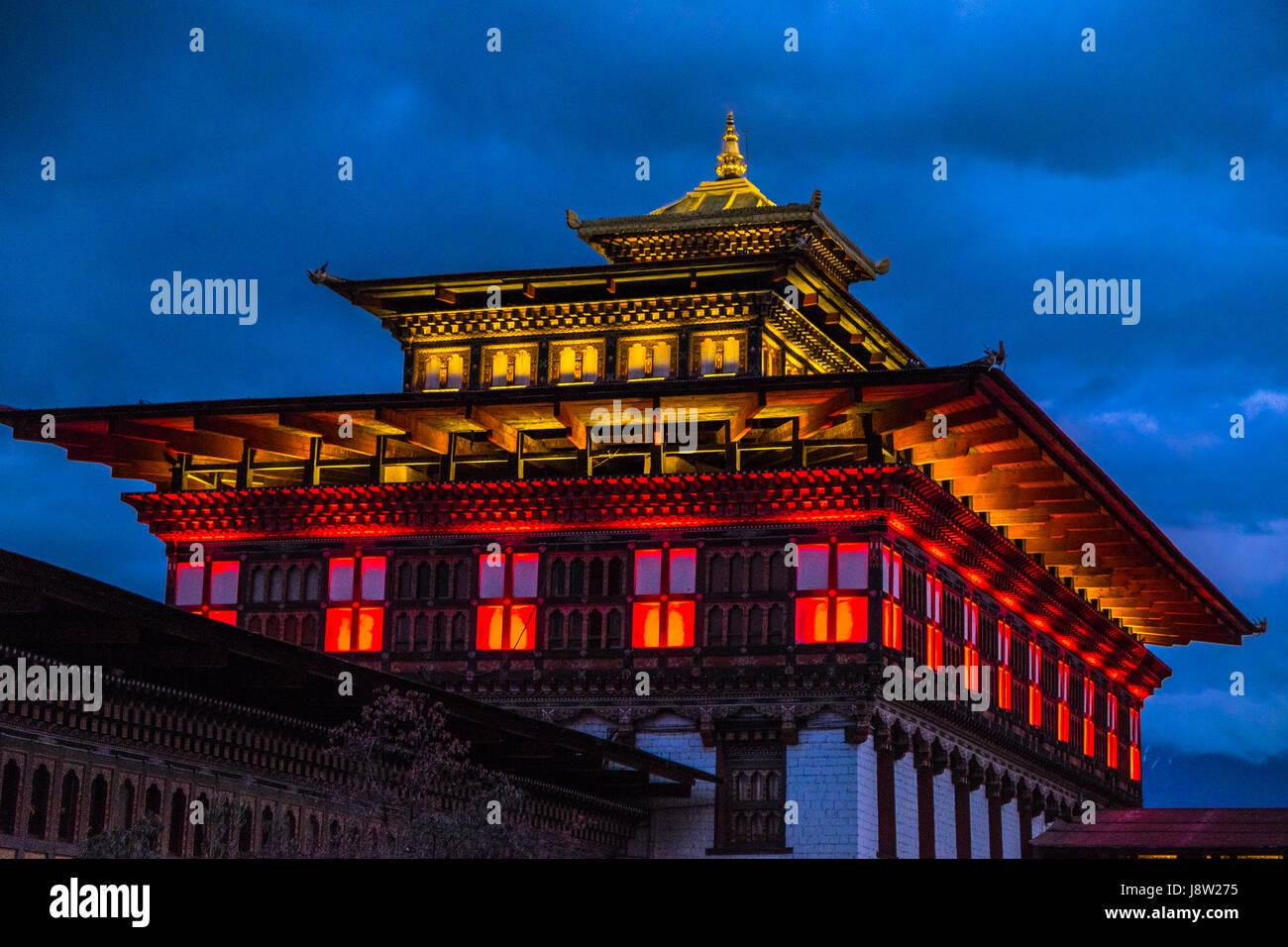 Tashichho Dzong ou Thimphu Dzong de nuit. Photo Stock
