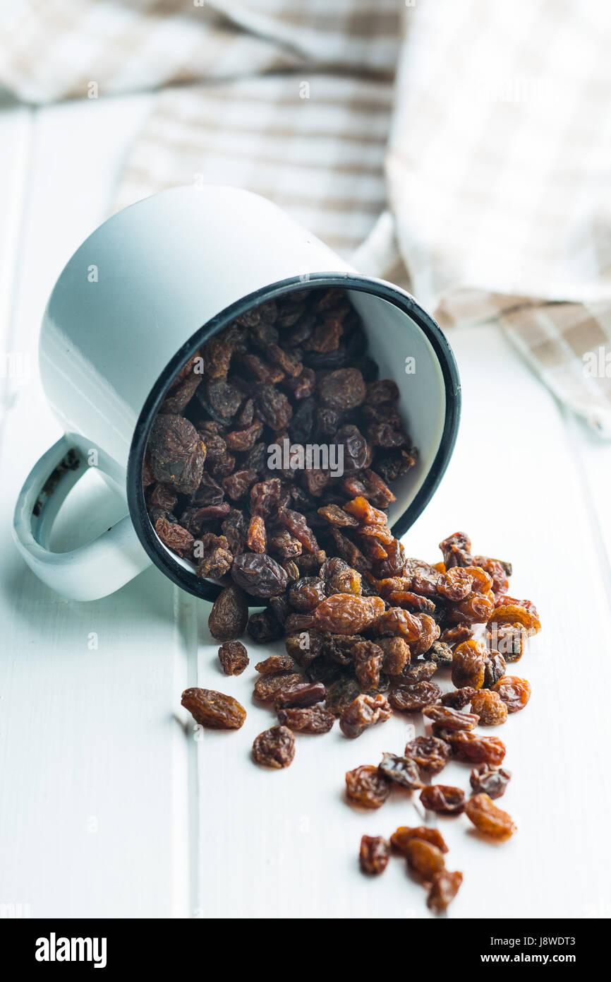 Sweet raisins secs dans la cuvette. Banque D'Images