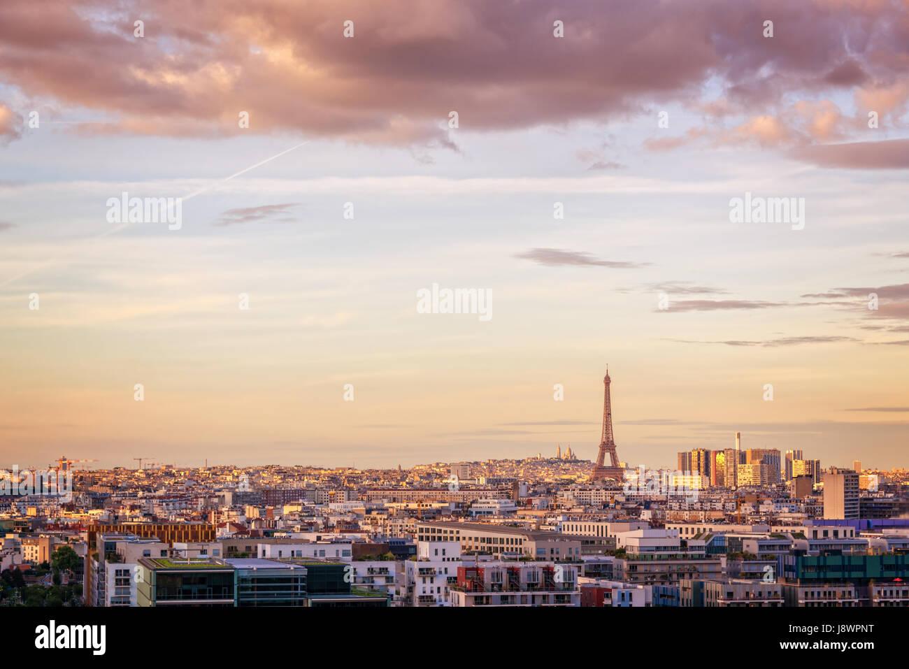 Vue panoramique aérienne de Paris avec la Tour Eiffel au coucher du soleil, Montmartre en arrière-plan, Photo Stock