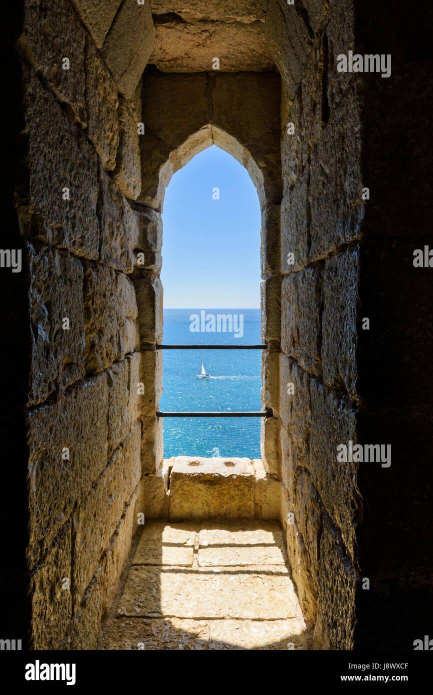 Un yacht sails passé le château de Papa Luna comme vu par petit arc fenêtre dans les murs épais, Photo Stock