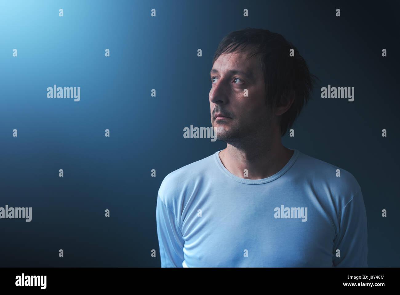 L'homme désespéré à la recherche jusqu'à la lumière, triste et déçu Photo Stock