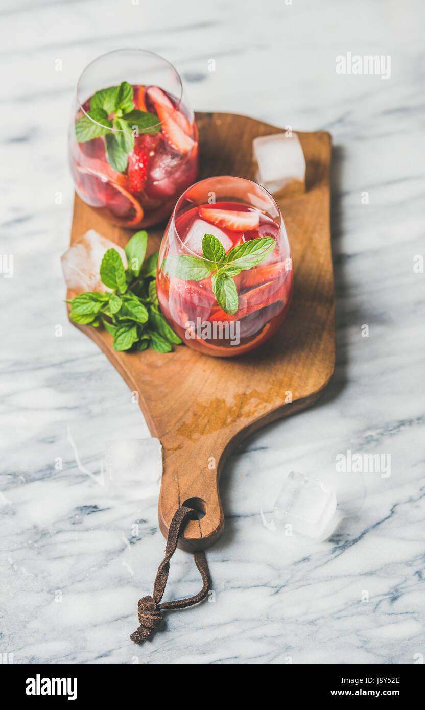 Orange sanguine et Sangria estivale de fraises dans les verres à la menthe Photo Stock