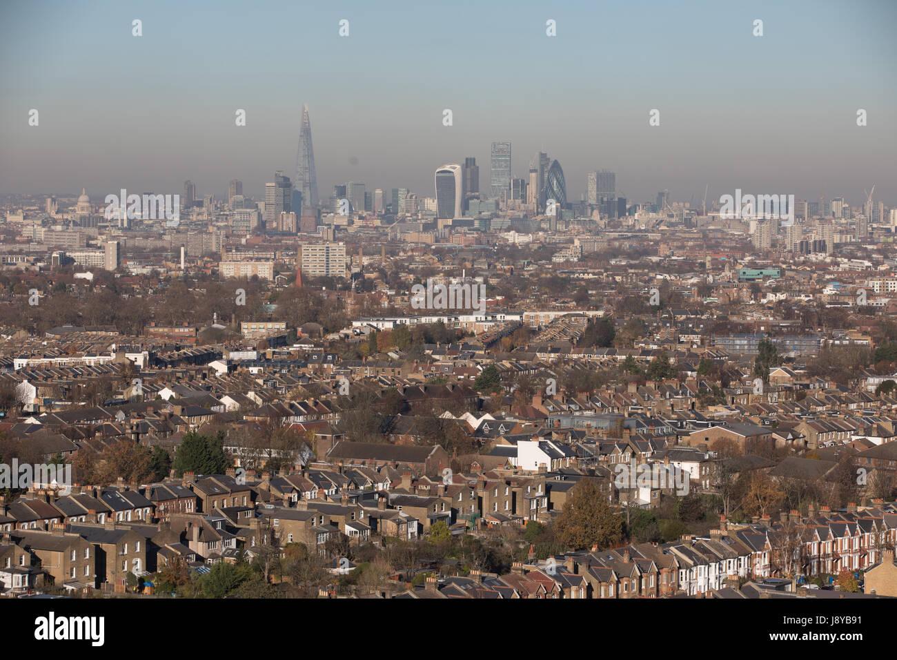 Vue de Londres à la ville de Londres Nord avec en arrière-plan. La pollution par le smog Haut jour Photo Stock