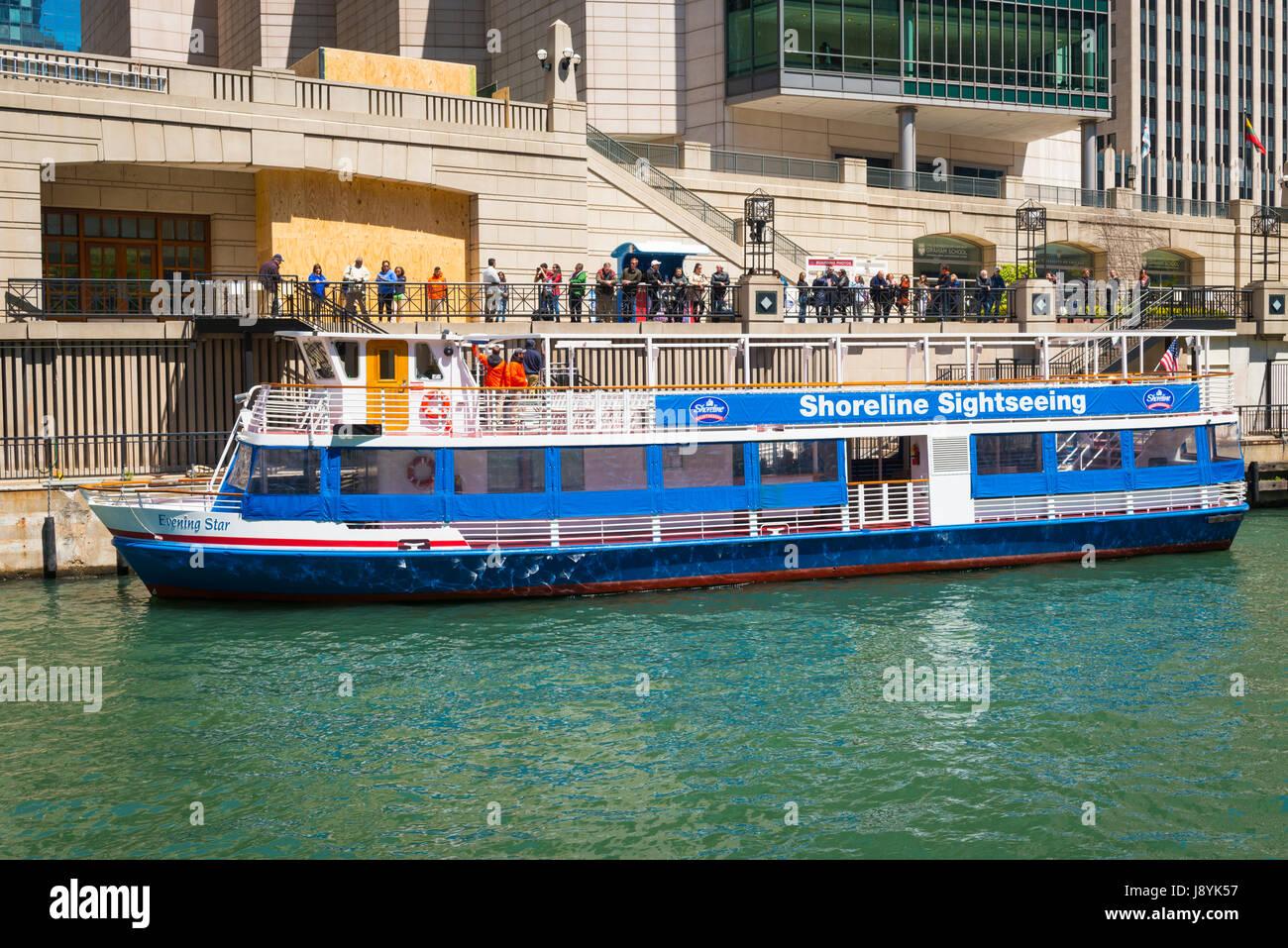 La rivière Chicago Illinois Trump Tower gratte-ciel ciel bleu Rivage Visites visiteurs touristes tourisme visite Photo Stock