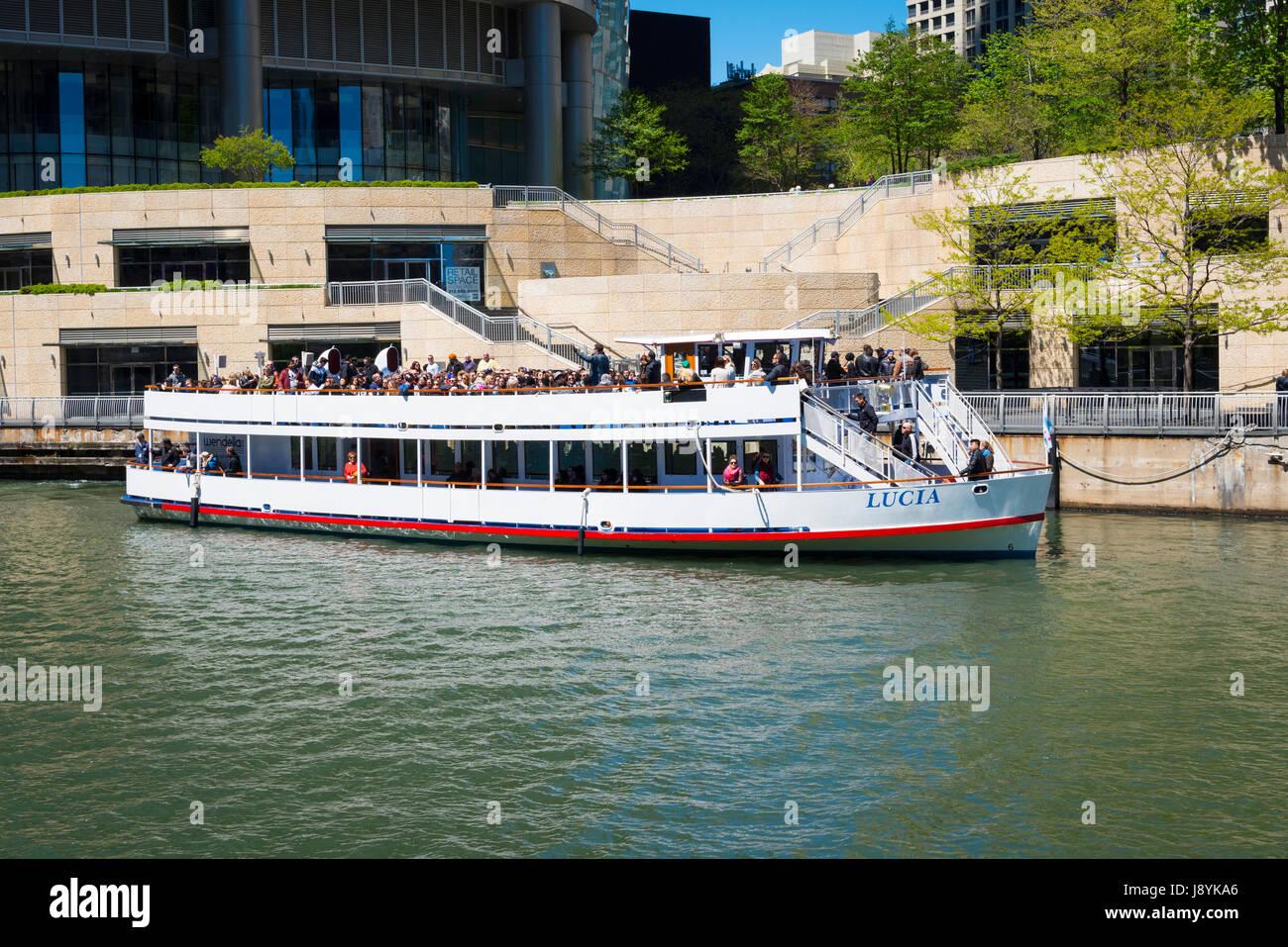 La rivière Chicago Illinois Trump Tower Wrigley Building gratte-ciel ciel bleu Visites visiteurs touristes Photo Stock
