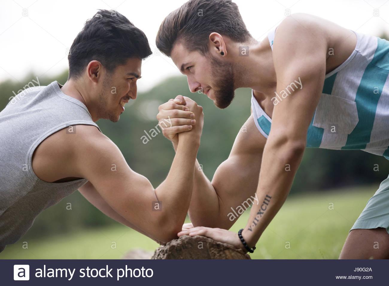 Deux amis bras de fer à l'extérieur ensemble Photo Stock
