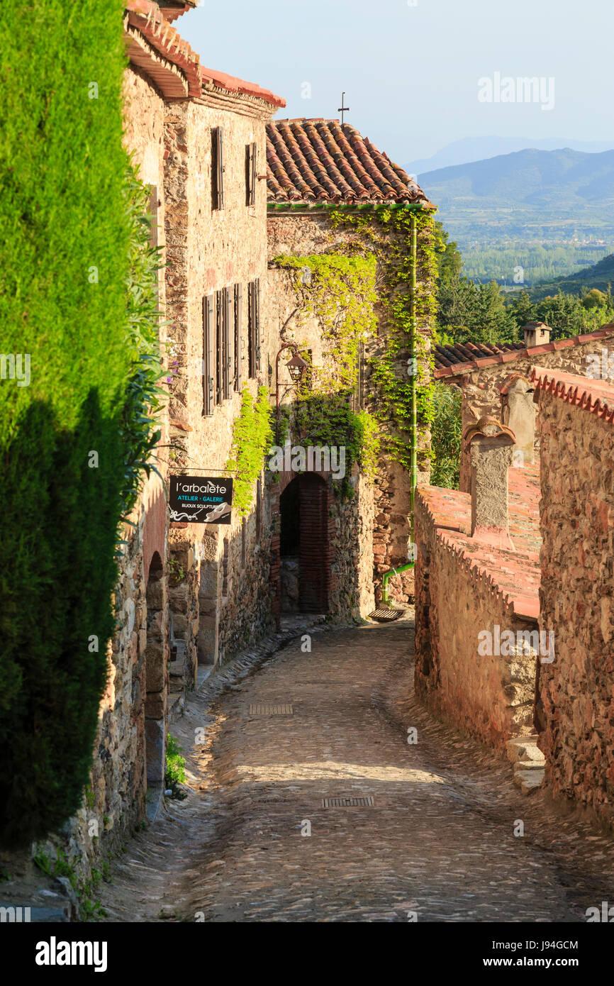 France, Pyrénées Orientales, Castelnou, étiqueté Les Plus Beaux Villages de France (le plus beau village de France), rue du village Banque D'Images