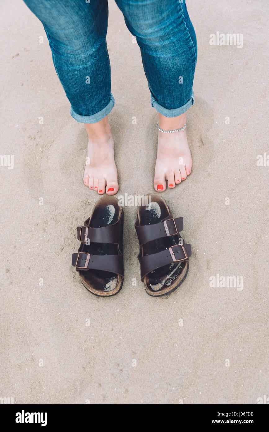 La Fille aux pieds nus sur la plage à côté de ses chaussures Banque ... e1620a12ea38