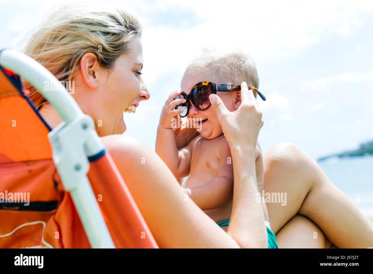 Mère et petit-fils (18-23 mois) s'amusant Photo Stock