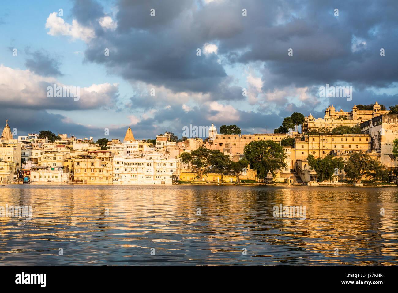 Coucher de soleil sur le lac Pichola à Udaipur au bord du lac de la vieille ville et le palais de ville du Rajasthan, Inde Banque D'Images
