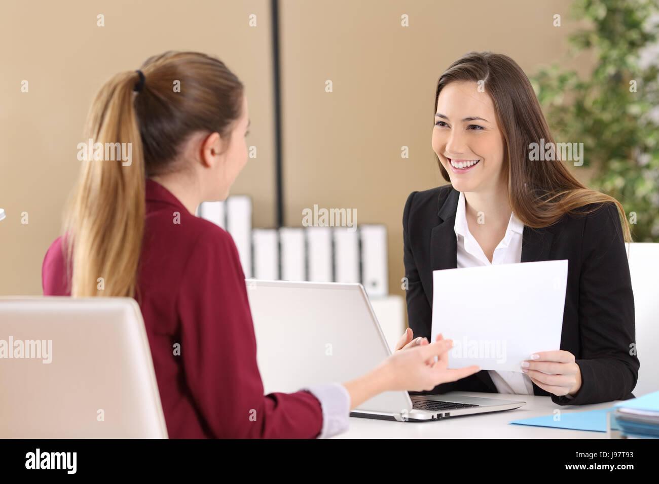 employé fréquentant le client