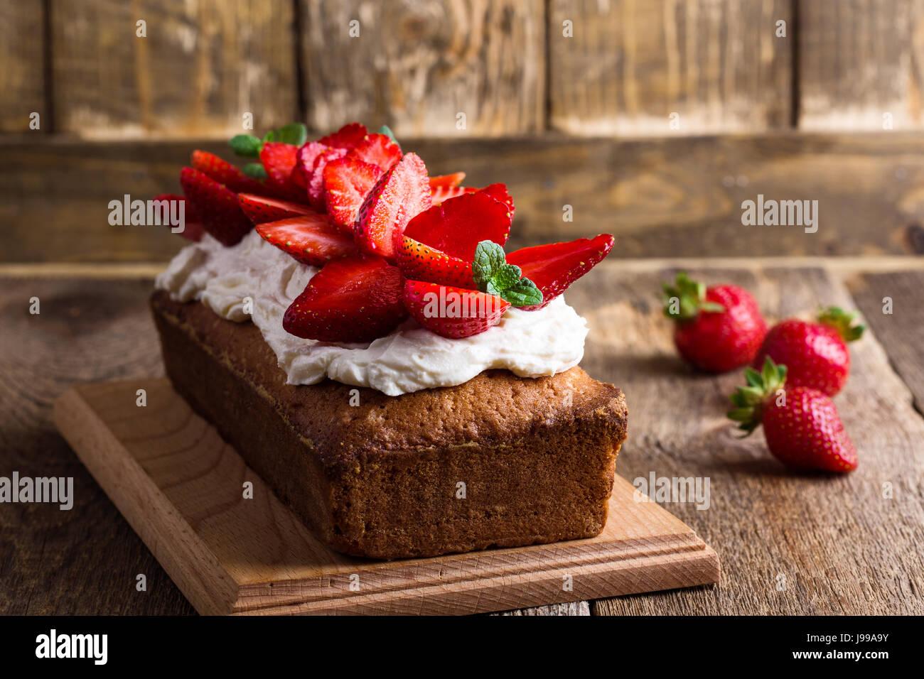 Fromage à la crème et aux fraises gâteau d'été sur planche de bois. L'été Photo Stock