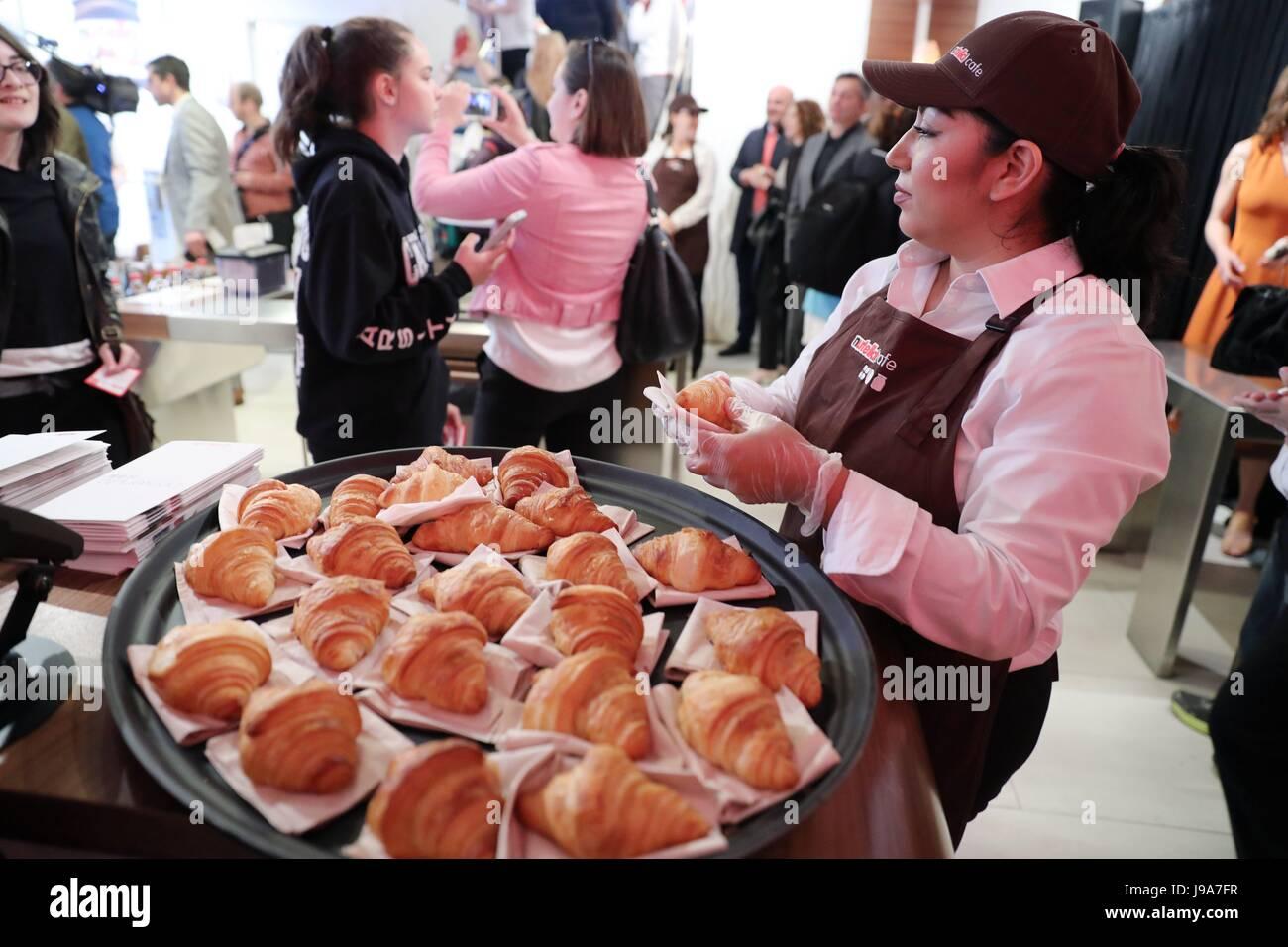 Chicago, USA. 31 mai, 2017. Un membre du personnel de Nutella se prépare à donner gratuitement des croissants Photo Stock