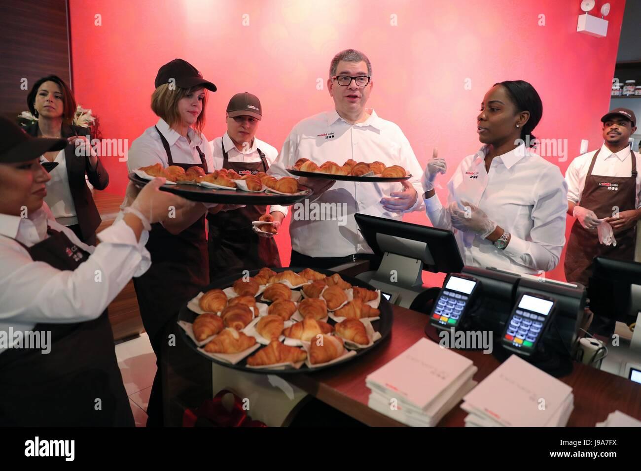 Chicago, USA. 31 mai, 2017. Personnel de Nutella préparer des croissants pour les clients à la Nutella Photo Stock