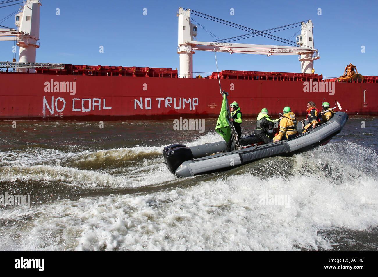 """Hambourg, Allemagne. 01 Juin, 2017. Des militants de Greenpeace ont suivi le cargo """"Subaru BI' sur des Photo Stock"""