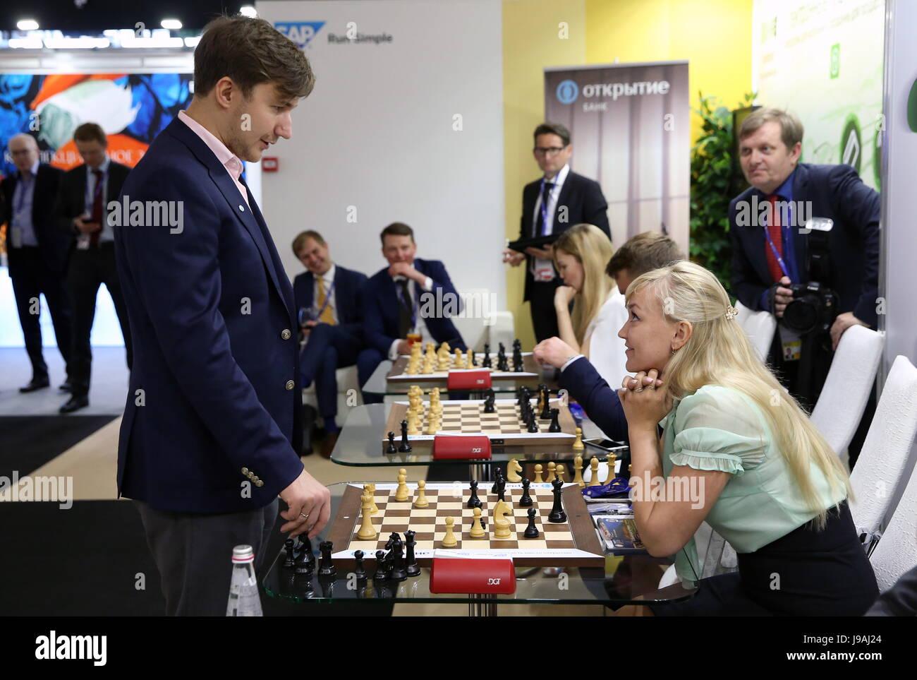 Saint-pétersbourg, Russie. 1er juin 2017. Grand maître d'échecs russe Sergey Karjakin (L) observés Photo Stock