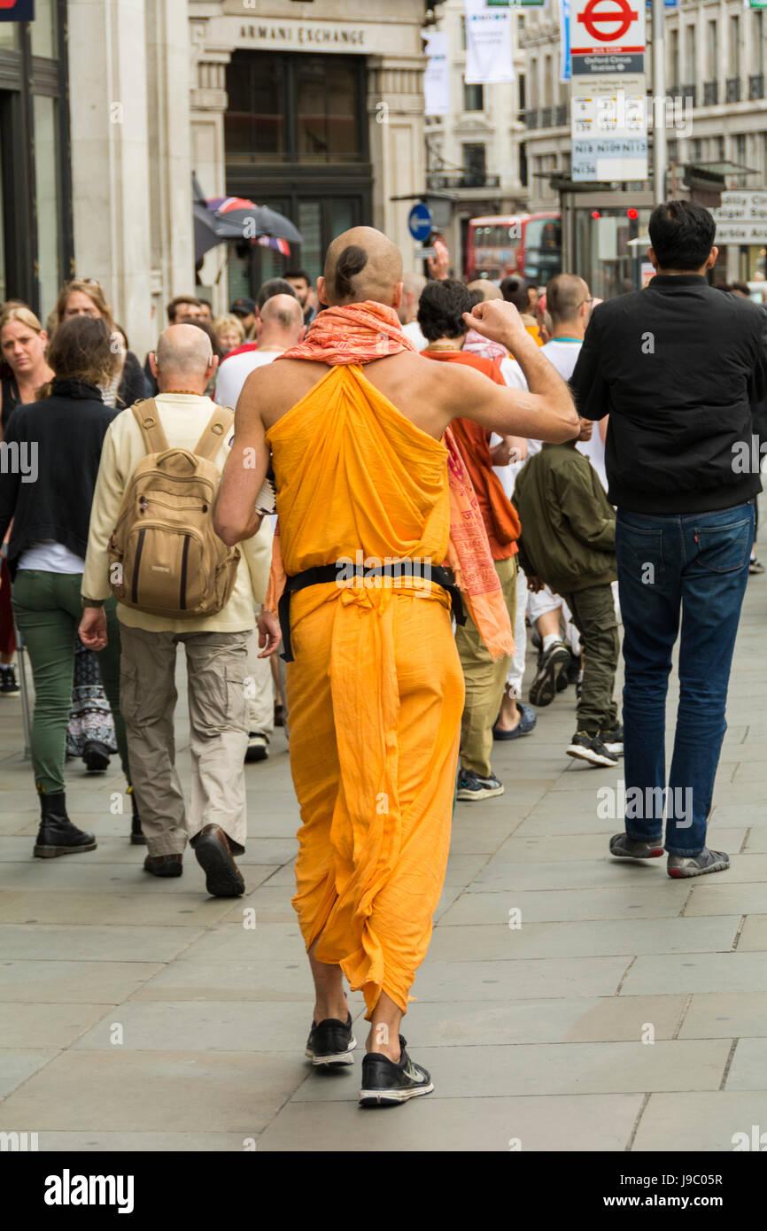 Hare Krishna dévots chantant et dansant sur Regent Street au centre de Londres, UK Banque D'Images