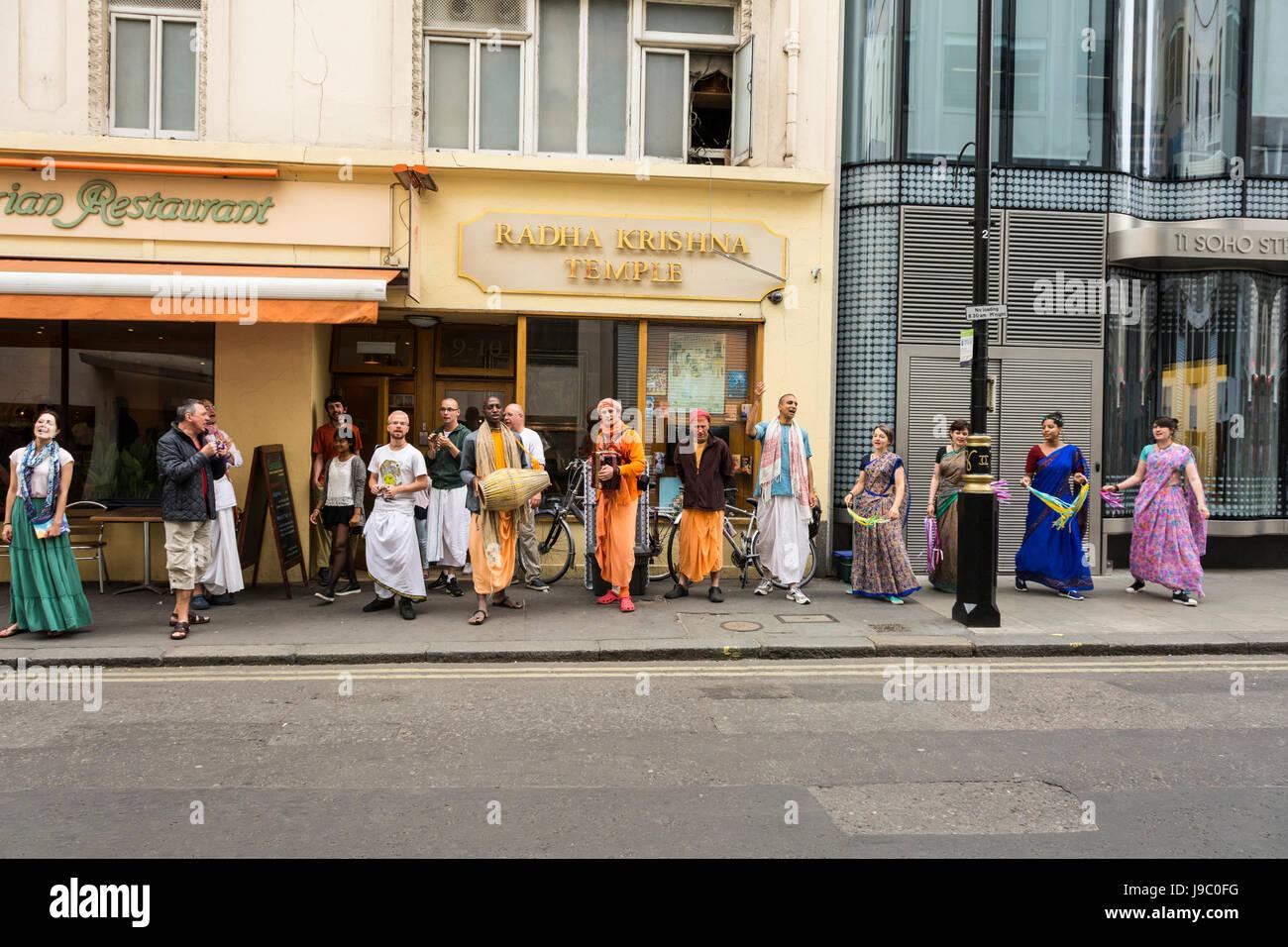 Les dévots danser et chanter à l'extérieur du Temple Radha-Krishna dans Soho Street, London, UK Banque D'Images