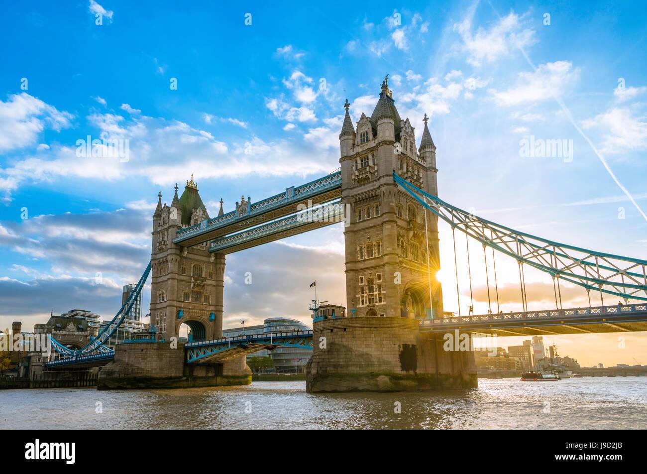 Tower Bridge sur la Tamise au coucher du soleil, Londres, Angleterre, Royaume-Uni Photo Stock