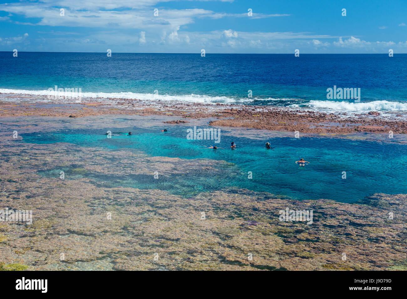 La natation de personnes au sein de l'incroyable Limu basse marée piscines, Niue, Pacifique, Pacifique Photo Stock