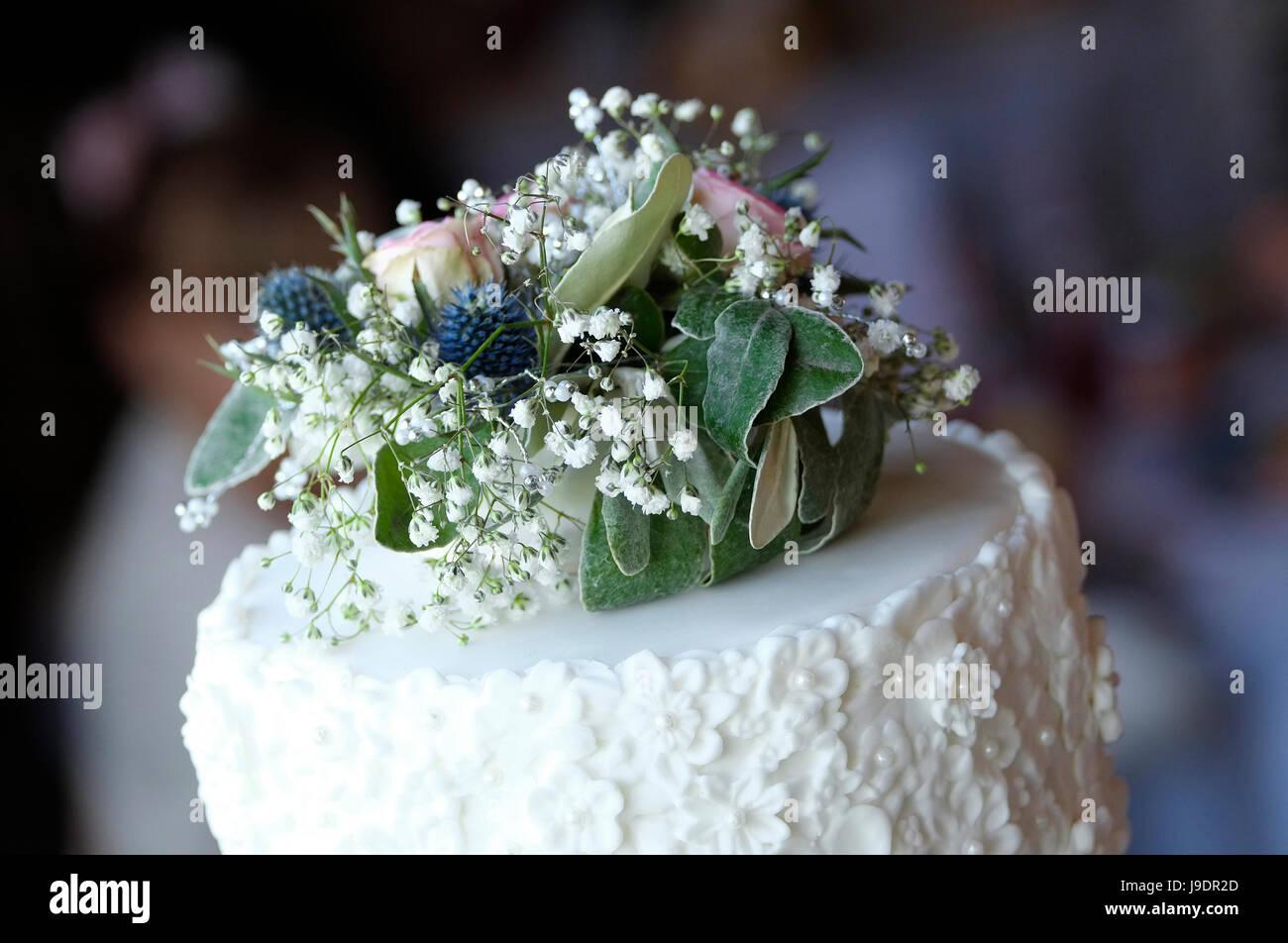 Affichage fleurs sur le dessus du gâteau de mariage Photo Stock
