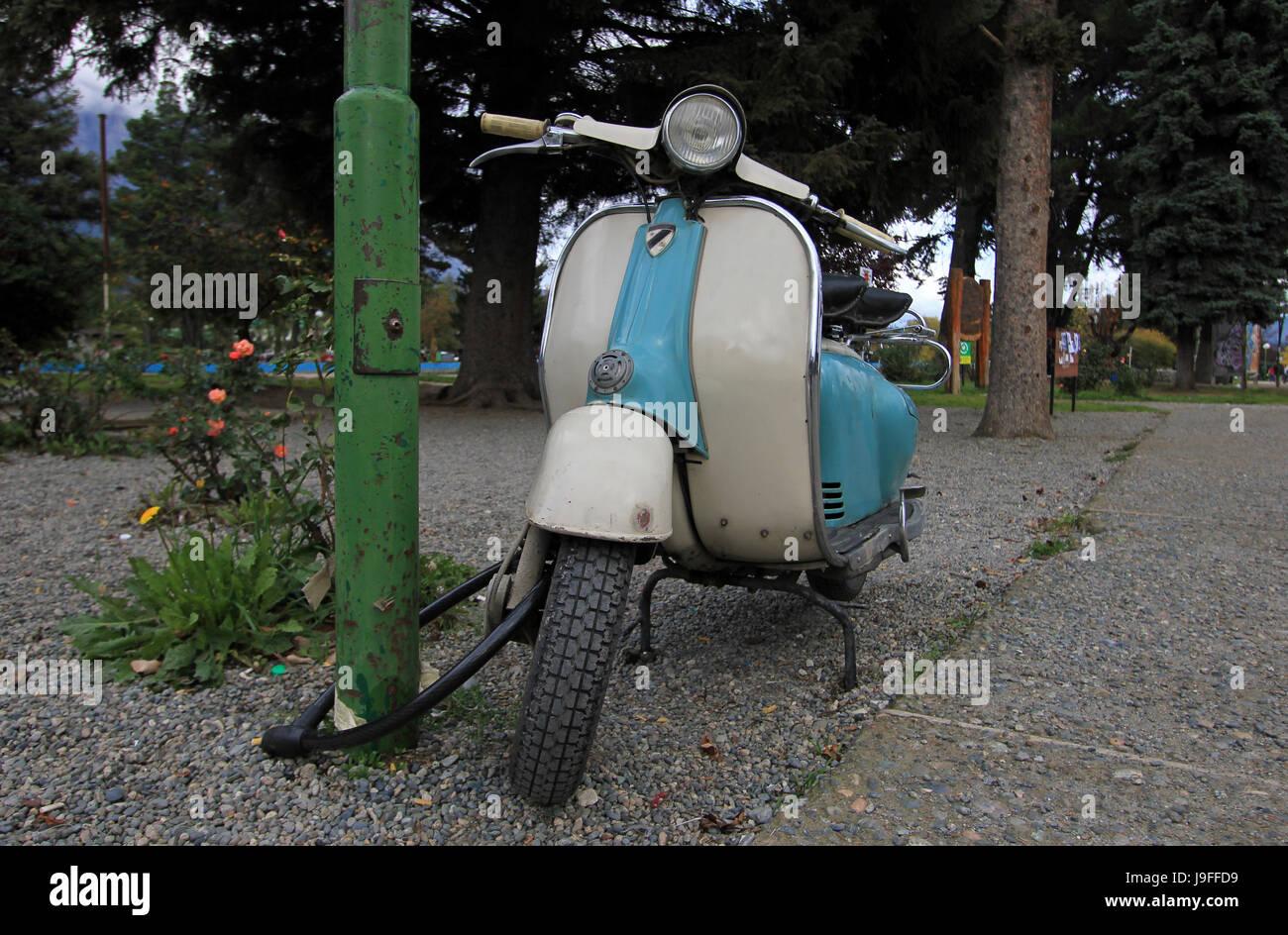 Scooter Vintage bleu à El Bolson, Argentine Banque D'Images