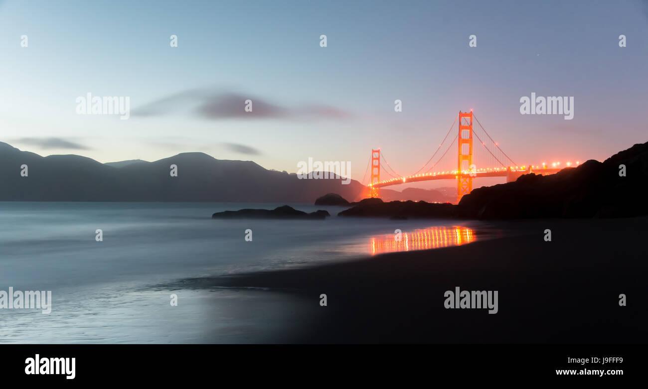 Golden Gate Bridge et Marin Panorama Hills au crépuscule. Photo Stock