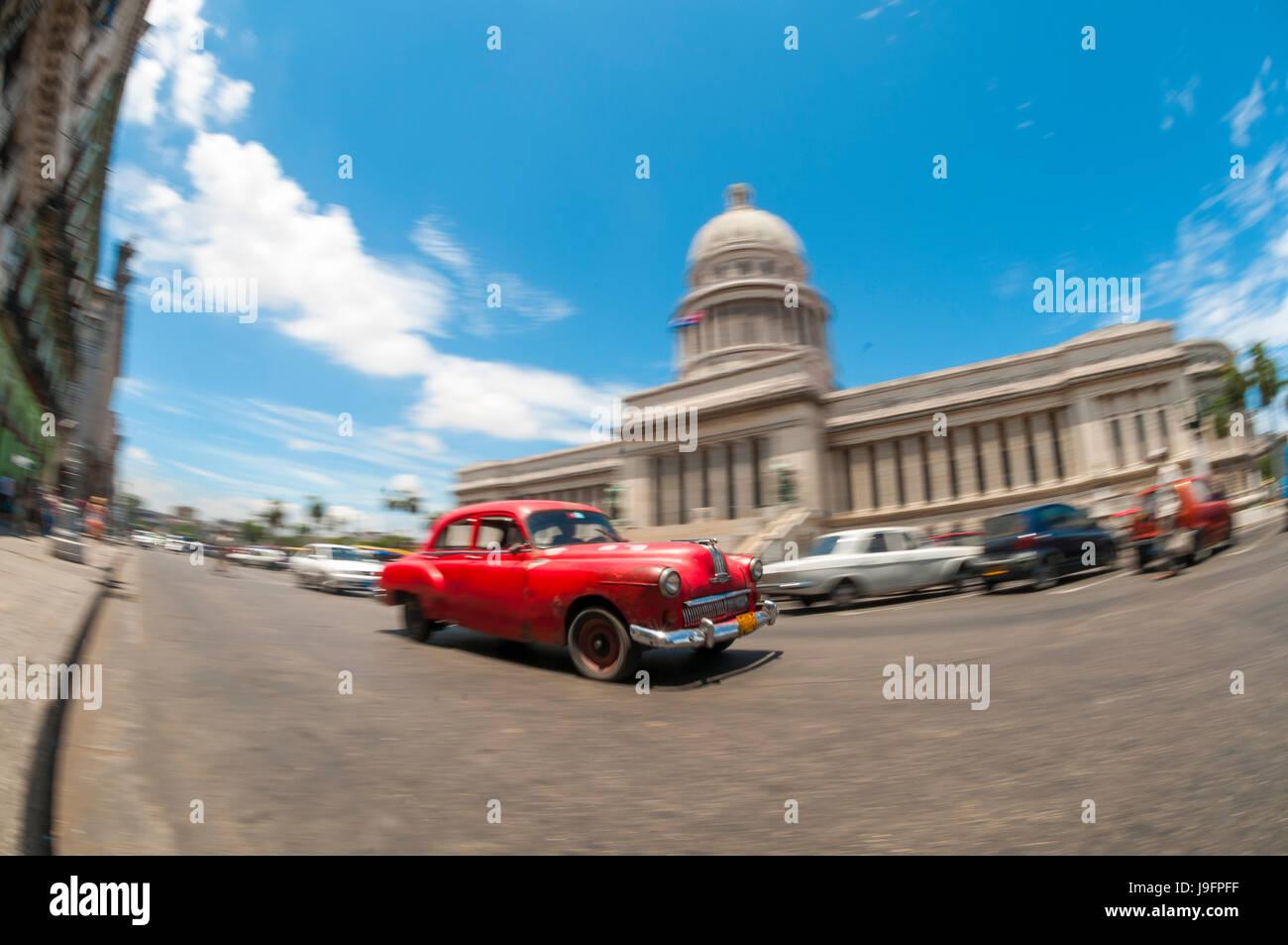 La HAVANE, CUBA - Juin 2011: American Classic vintage cubain taxi voiture passe devant le Capitolio building Photo Stock