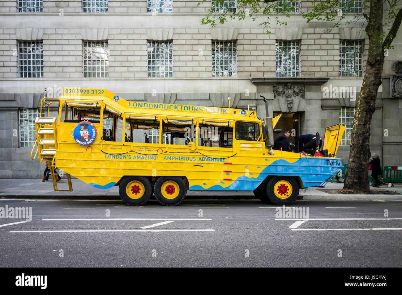 Fixation mécanique ventilées London Duck Tour Bus sur Millbank, London, UK Photo Stock