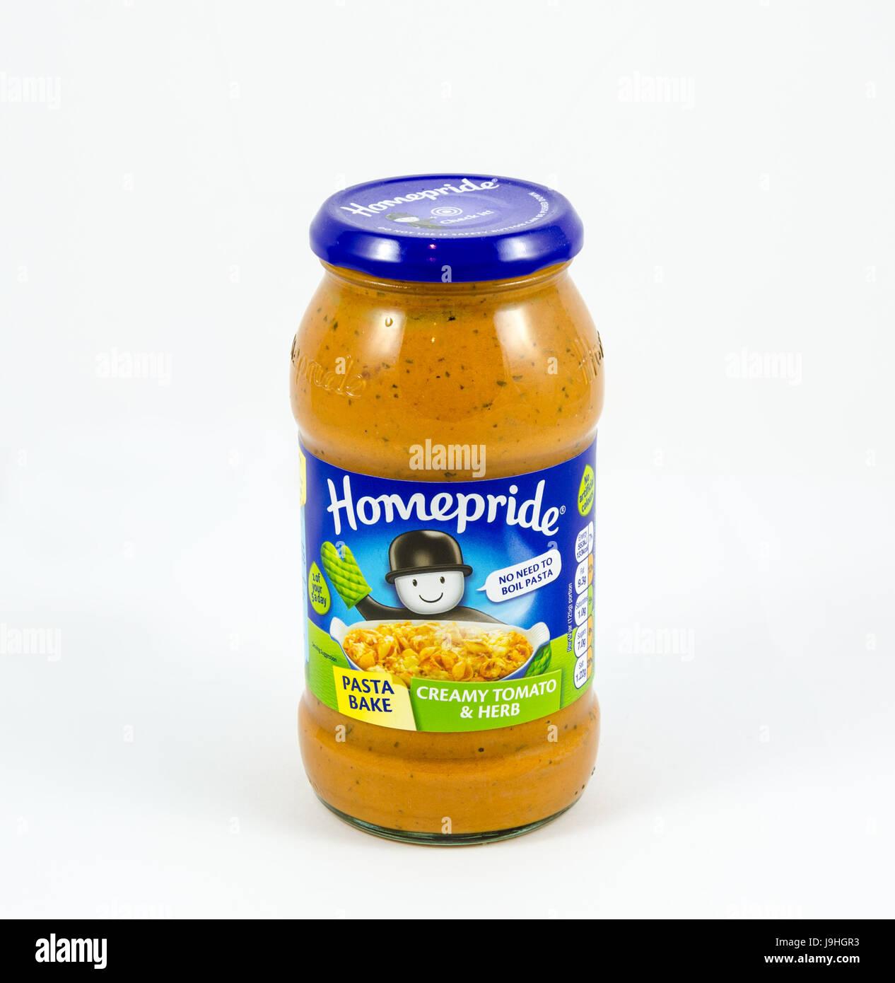 Homepride tomat crémeux aux herbes et faire cuire les pâtes. Photo Stock