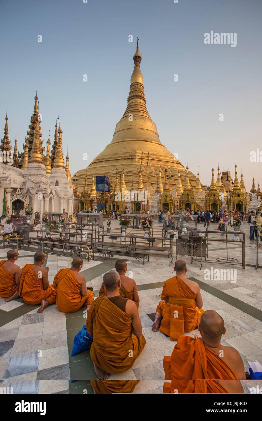 Le Myanmar, Yangon City, Shwedagon Pagoda, moines priant Photo Stock