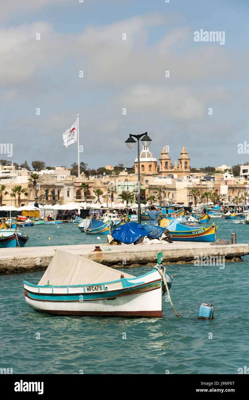Bateaux de pêche traditionnelle maltaise ou luzzu, peint dans le port de Marsaxlokk à Malte Banque D'Images