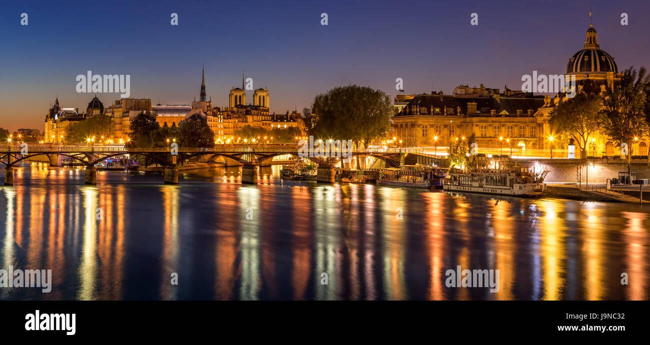 L'aube sur l'Ile de la Cité et de la Seine avec vue sur l'Institut français et Pont des Arts. Photo Stock