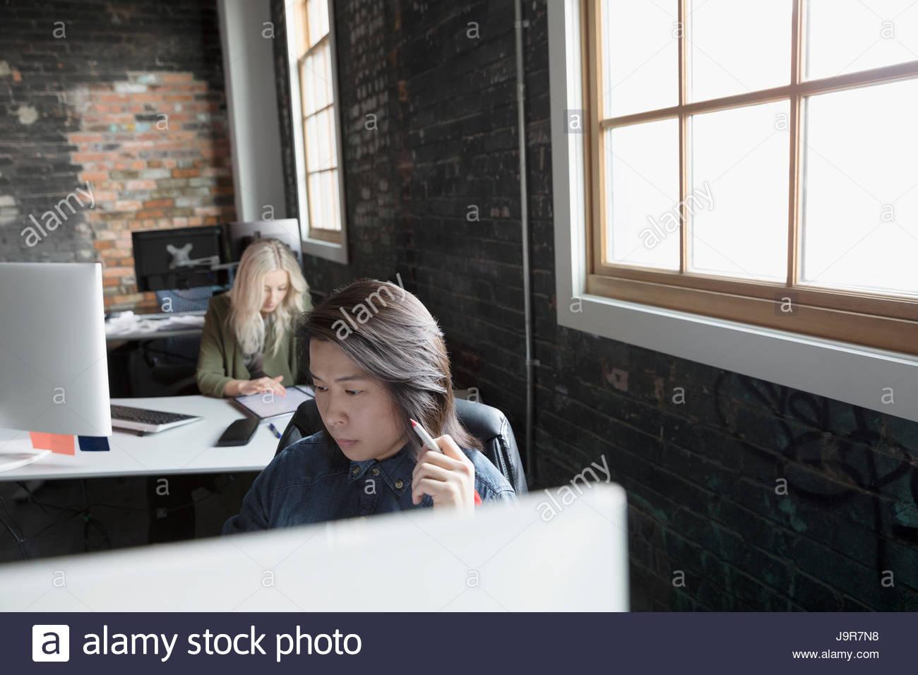 Les gens d'affaires créatifs travaillant dans un bureau en open plan office Photo Stock