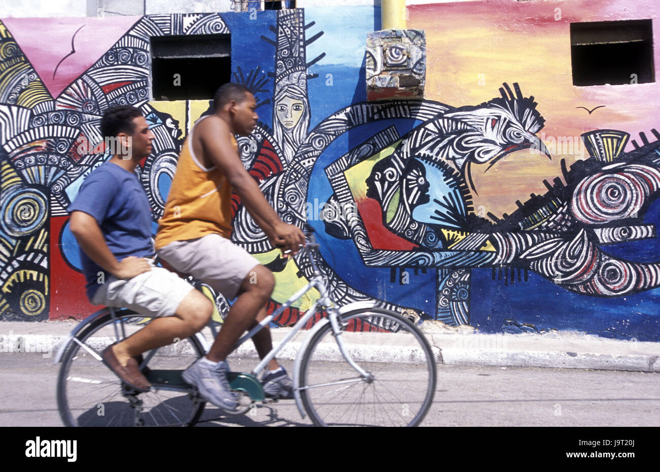 Cuba La Havane,,Callejon de moutons,chambre,façade,Peinture,les cyclistes sur le côté,modèle Photo Stock