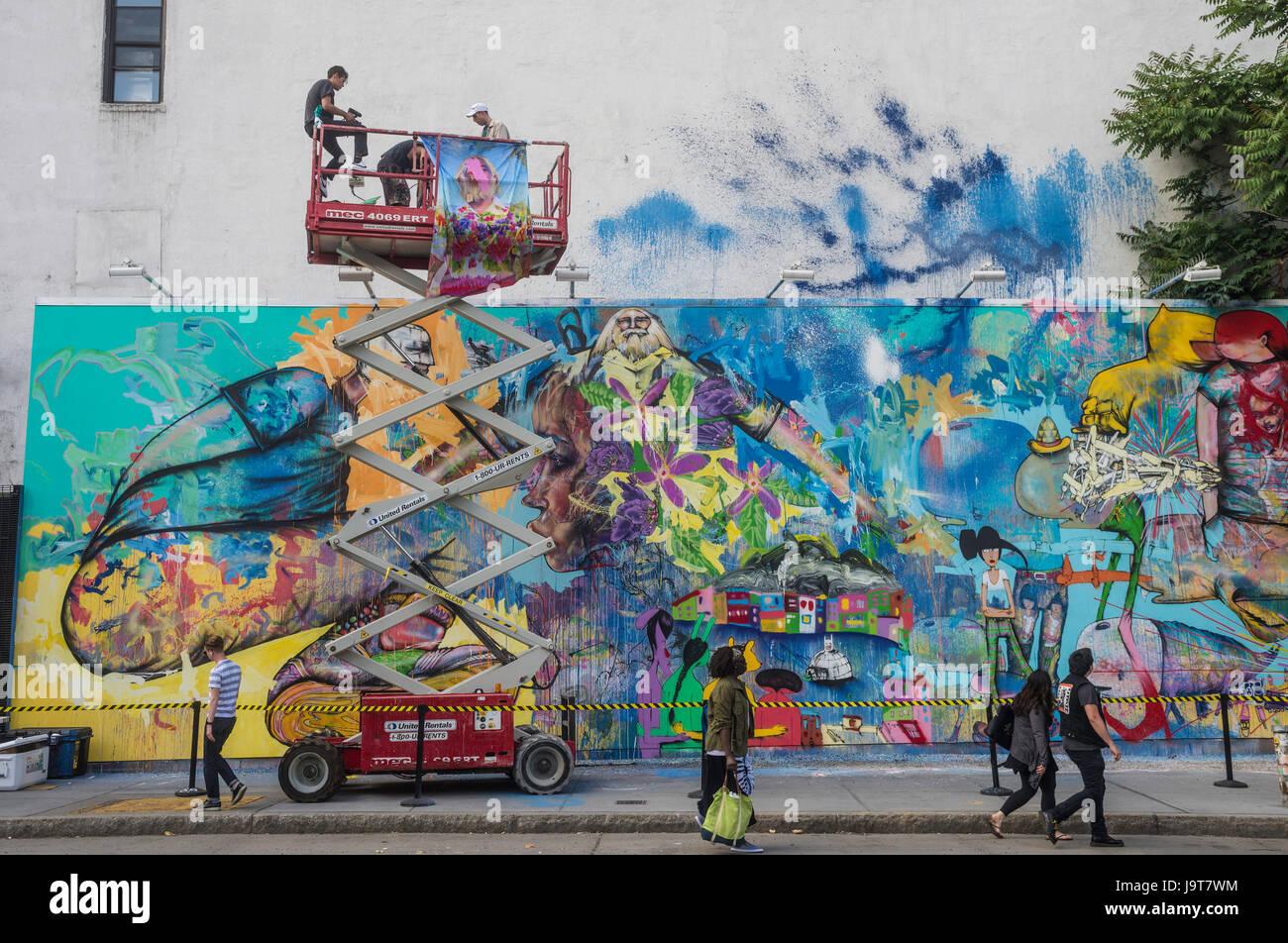 New York, NY 2 Juin 2016 - L'artiste américain David Choe Corée prend ta pause de la peinture pour Photo Stock