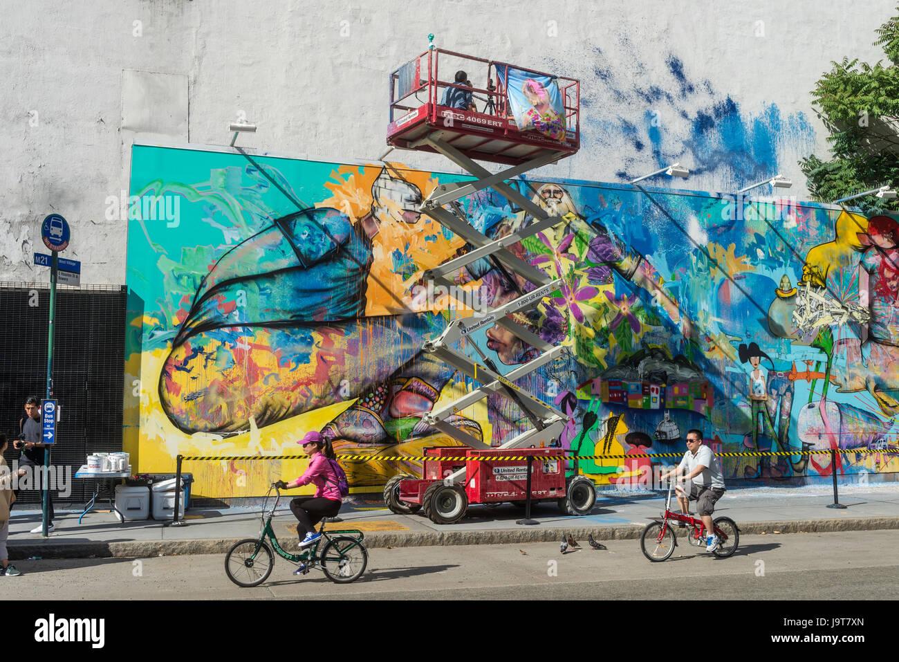 New York, NY 2 Juin 2016 - L'artiste américain David Choe Corée prend une pause de la peinture pour Photo Stock