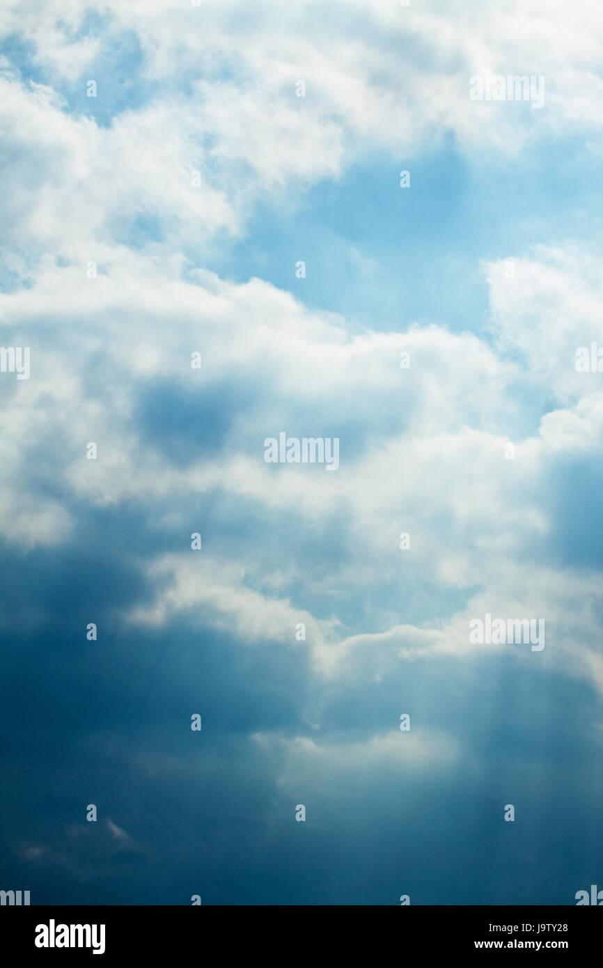 Ciel avec nuages blancs. Contexte et texturées. Photo Stock