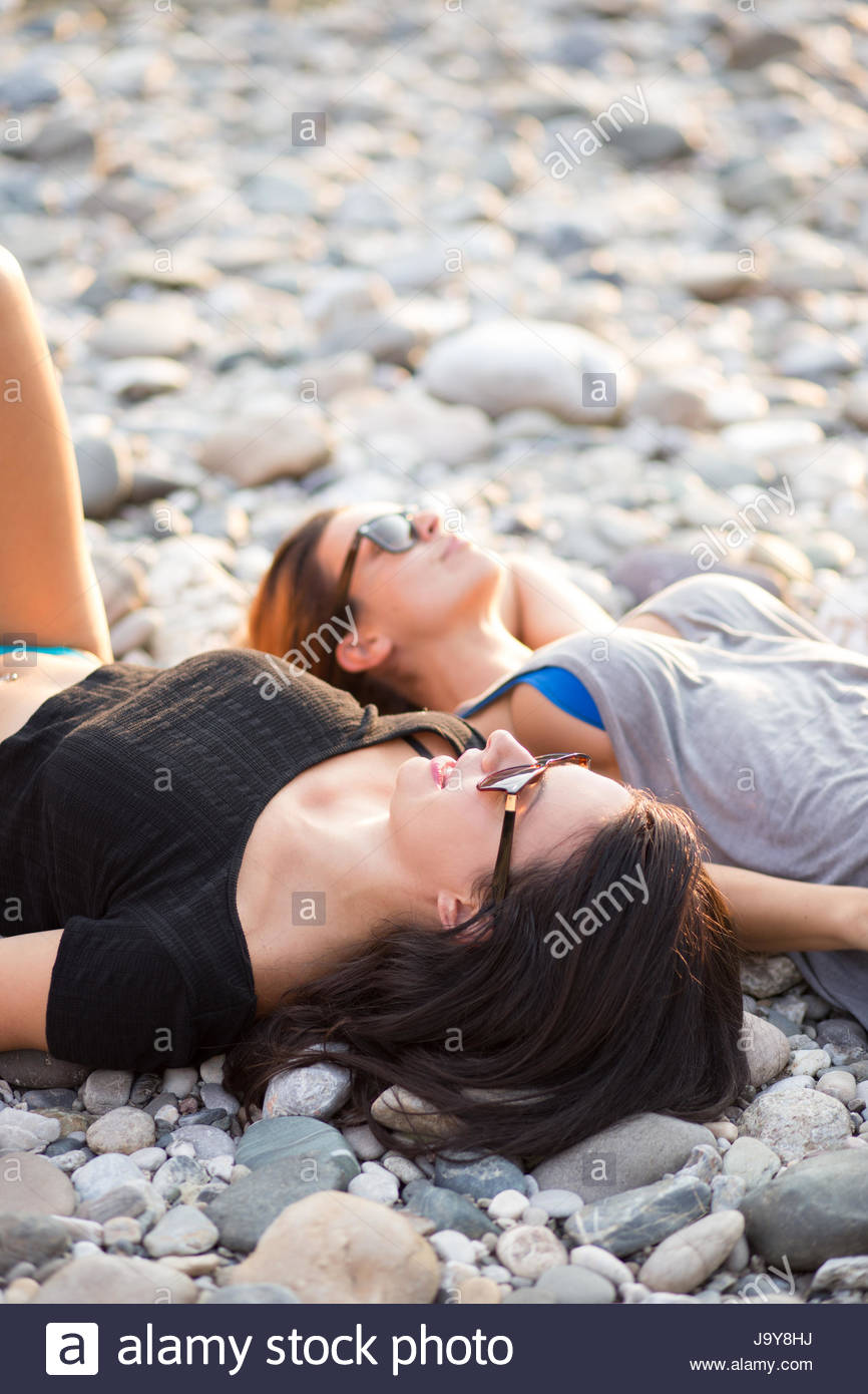 Les jeunes femmes relaxing on beach Photo Stock