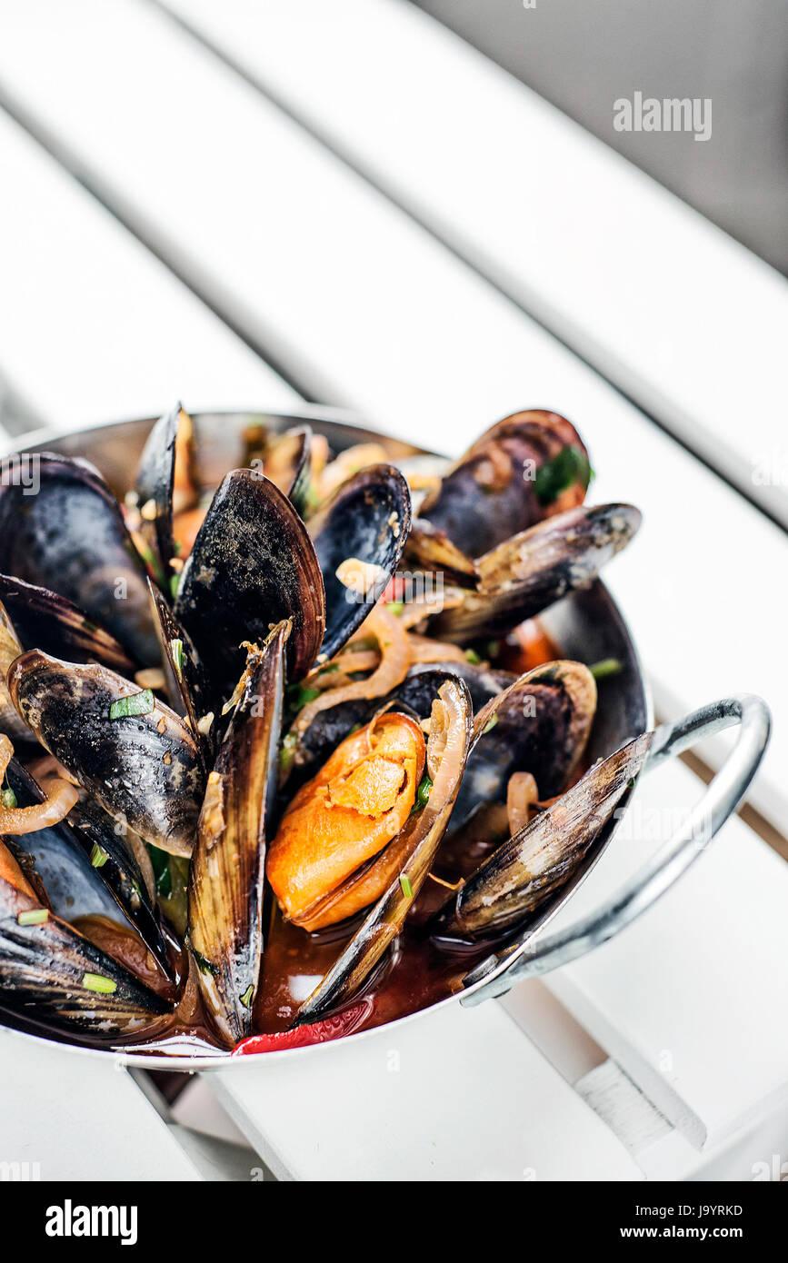 Ragoût de moules fraîches à l'ail sauce aux fruits de mer épicés vin tapas Photo Stock