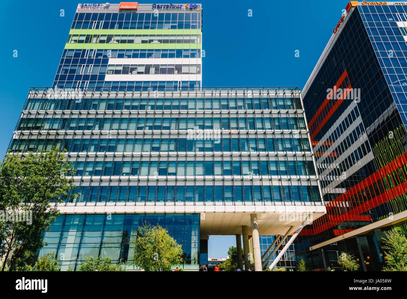 Fenêtres en immeuble de bureaux moderne banque d images et photos