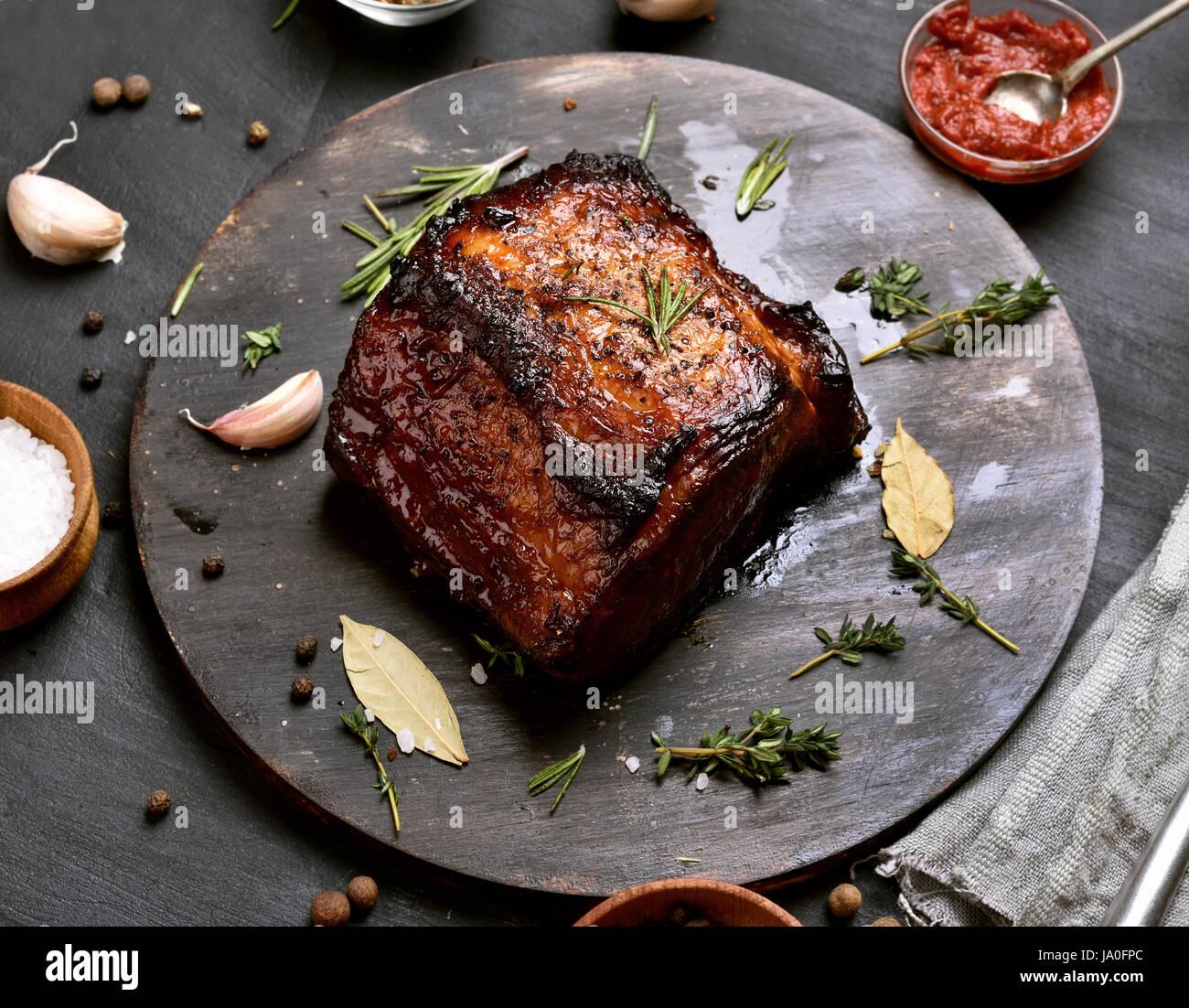 Installations pour barbecue, grillades de viandes de porc sur planche de bois Photo Stock