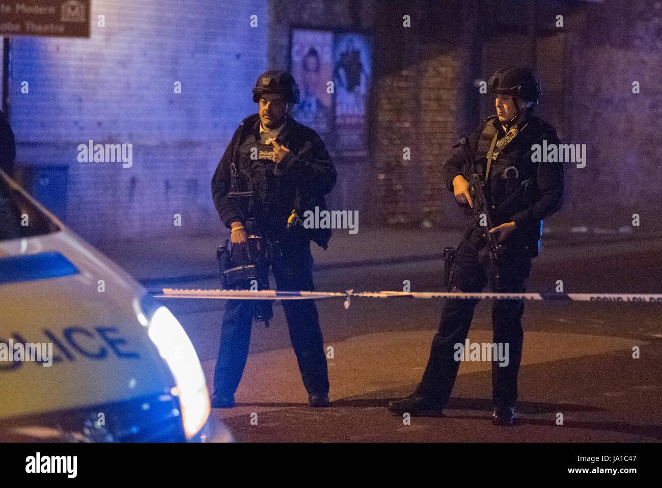 Londres, Royaume-Uni. 4 juin 2017. Des cordons de police à autour de Borough Market et du London Bridge après une attaque terroriste. Crédit: Peter Manning / Alamy Live News Banque D'Images