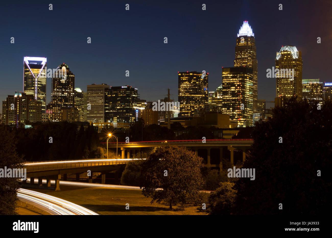 Charlotte North Carolina skyline at night avec circulation brouille et crépuscule Banque D'Images